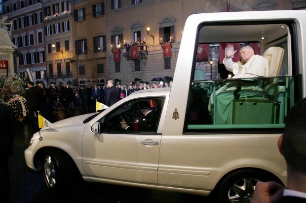 João Paulo II no Mercedes-Benz ML 340 usado de 2002 a 2012 nas viagens papais (foto: ABC News).