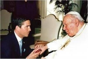 Jim Caviezel e João Paulo II; encontro realizado em 2004.