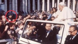 Flagrante do momento em que Ali Agca atira em João Paulo II, em 13 de maio de 1982.