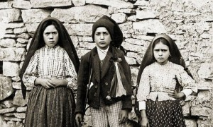 Os pastorinhos de Fátima. Da esquerda para a direita, Lúcia, Francisco e Jacinta.
