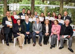Famílias acolhedoras de Curitiba certificadas pela Acridas. No centro, Gerhard Fuchs, presidente da ONG, o juiz Sérgio Kreuz e a diretora Leolina Cunha. (foto: Michele Hobie Fotografia).