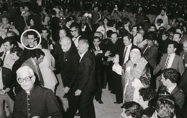 Krohn, com o rosto circulado, se aproxima do papa para tentar apunhalá-lo.  Foto: DR