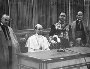 Pio XII, em 1942, prestes a ler a mensagem da consagração do mundo ao Imaculado Coração de Maria, em transmissão via rádio.
