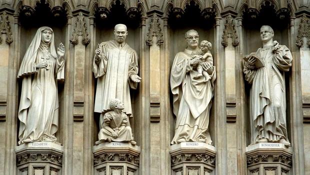 Cristãos de várias confissões foram retratados em nichos da Abadia de Westminster.