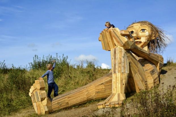 Gigantes de madeira reciclada invadem floresta da Dinamarca em projeto de escultor
