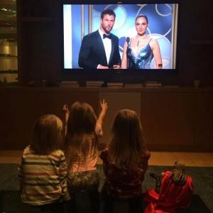 Os três filhos de Chris, assistindo ao pai na entrega do Globo de Ouro 2017, ao lado da