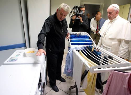 Francisco visita albergue aberto pela esmolaria apostólica em 2015. Foto: CNS/L'Osservatore Romano