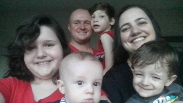 Em sentido horário, a partir da esquerda Karieli, Alessandro, Moisés, Karen, Josué e o pequeno Izaac (foto: Karen Isler/Divulgação) .