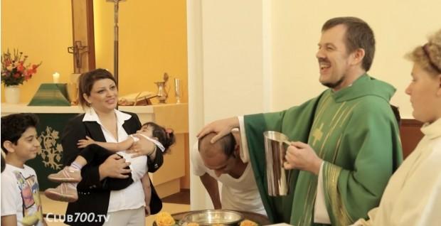 O pastor Gottfried Martens batiza um ex-muçulmano em igreja evangélica de Berlim. Foto: Reprodução/YouTube.