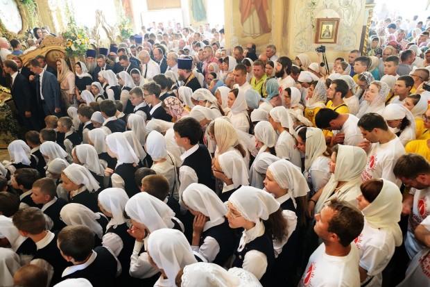 Russos acompanham celebração em igreja ortodoxa na cidade de Oriol (foto: Bigstock)