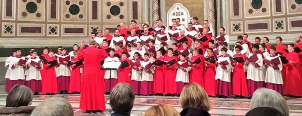 Os coros da Capela Sistina, de roxo e sobrepeliz branca, e da Abadia de Westminster, de vermelho, cantando juntos diante da cátedra do papa, na Basílica do Latrão, em janeiro deste ano. Foto: Anglican Centre Rome