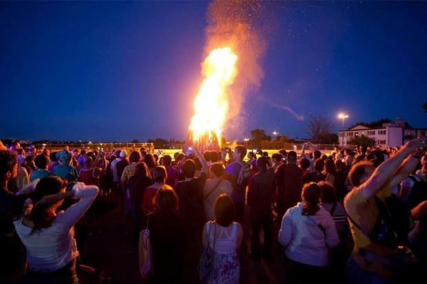 fete-nationale-montreal-feu-de-joie-bonfire-parc-olympique-56a640ad3df78cf7728c209d