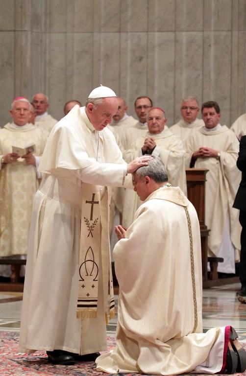 O papa impõe as mãos sobre Krajewski em sua ordenação episcopal, em 2013.