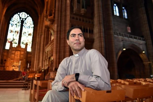 O refugiado Mohammad Eghtedarian, do Irã, hoje é vigário paroquial em Liverpool. Foto: Echo.