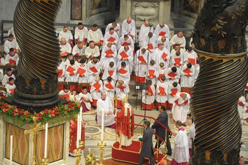 Bento XVI saúda os coros anglicano e católico na missa de S. Pedro e S. Paulo de 2012. Foto: Abadia de Westminster