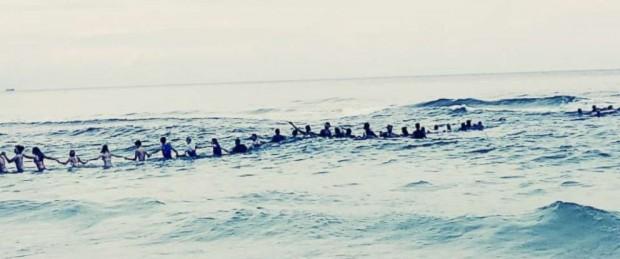 Foto da corrente humana formada por banhistas. (Foto: Rosalind Beckton, uma das testemunhas do ato).