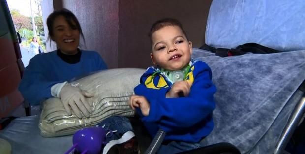 O pequeno Luiz Miguel ao deixar o hospital em Campinas (foto: reprodução/EPTV)
