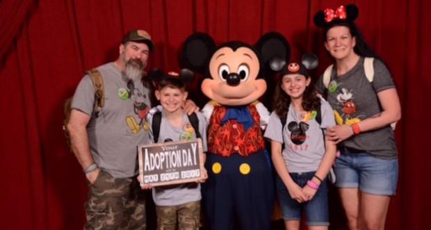 mickey mouse e familia que adotou crianças