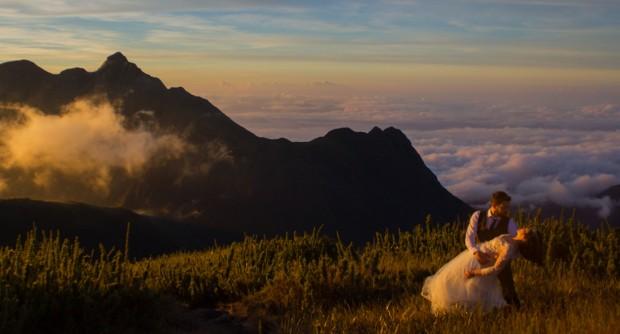 Noivos escalam montanha e fazem o próprio book com fotos acima das nuvens