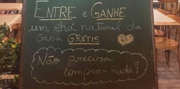 Placa em restaurante viraliza por oferecer chá de graça a mães que amamentam