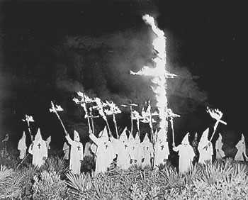 Uma cruz incendiada da KKK, em Gainesville, na Flórida, em 1922.