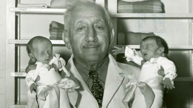 Martin Couney segurando dois dos bebês prematuros que exibia aos visitantes do circo (foto: domínio público).