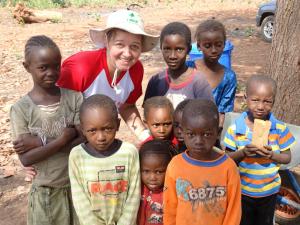 Salete Terezinha Lang e algumas das crianças com as quais convive em Guiné-Bissau (foto: divulgação/CNBB Regional Sul II)