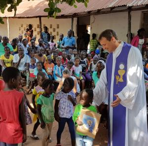Padre Mário, durante celebração ocorrida em Quebo.