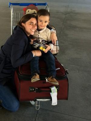 Eu e meu filho com as malas no aeroporto