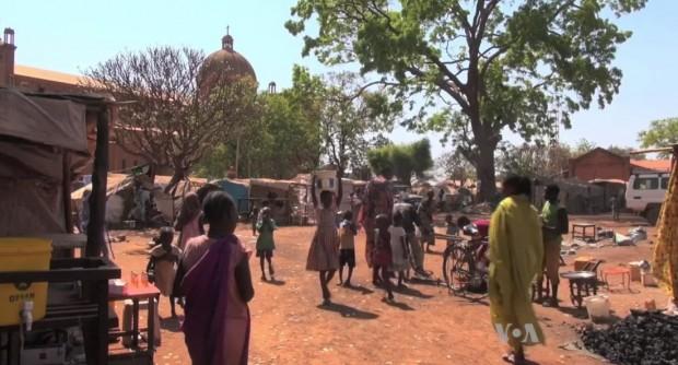Acampamento de refugiados ao lado da catedral, ao fundo (foto: Wikimedia Commons)