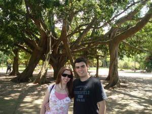 casal e árvore no parque ibirapuera