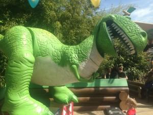 escultura do t-rex do filme toy story