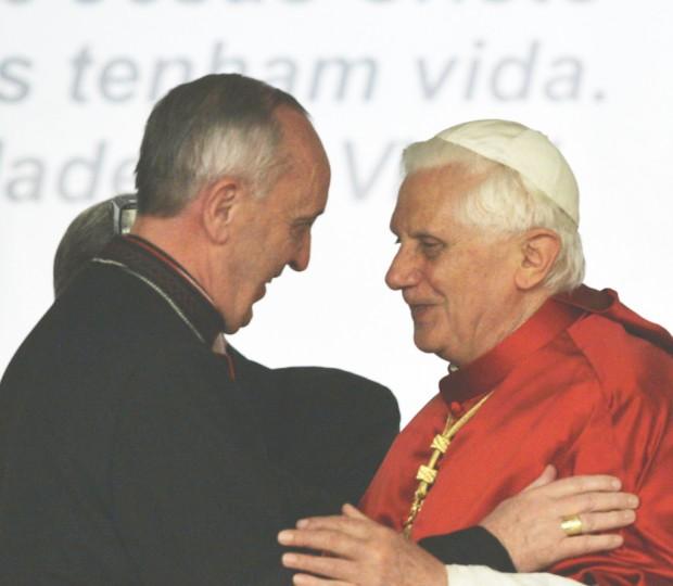 Bergoglio e o papa Bento XVI em Aparecida, em 2007.