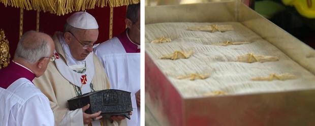 Papa Francisco segurando as relíquias de São Pedro, vistas mais de perto na foto à direita. Imagens: Osservatore Romano