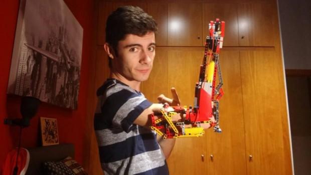 Jovem constrói prótese para o próprio braço com peças de Lego