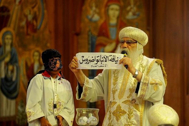 O nome de Tawadros II é sorteado por uma criança vendada. Foi assim que ele se tornou o papa copta. Hassan Ibrahim/Daily News Egypt