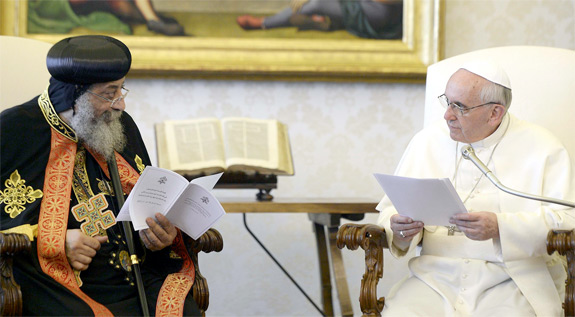O papa Tawadros II com o papa Francisco no Vaticano. L'Osservatore Romano