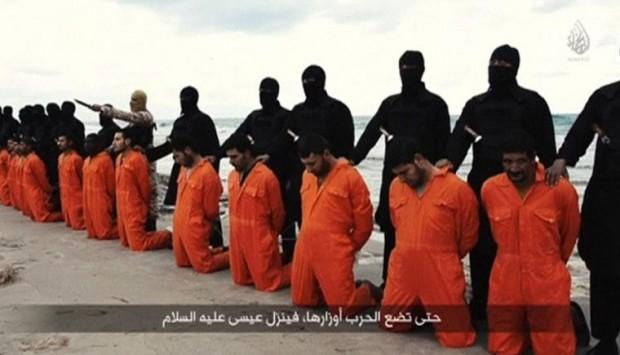Os 21 mártires coptas assassinados pelo Estado Islâmico, em trecho do vídeo divulgado pelo grupo terrorista.