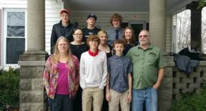 Jeffrey, Lorrie e seus oito filhos, em uma foto anterior ao divórcio. Arquivo da família