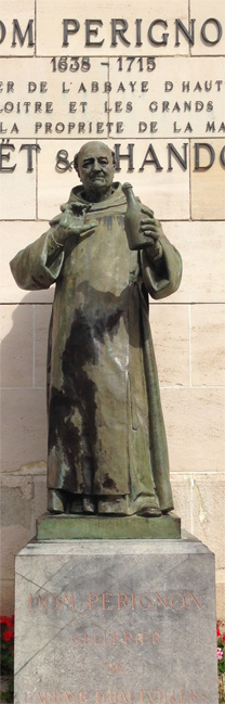 Estátua do monge dom Pérignon na sede da Moët & Chandon, uma das maiores produtoras de champanhe do mundo. Foto: Commons