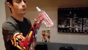 Com a prótese, David pode segurar objetos leves. Divulgação