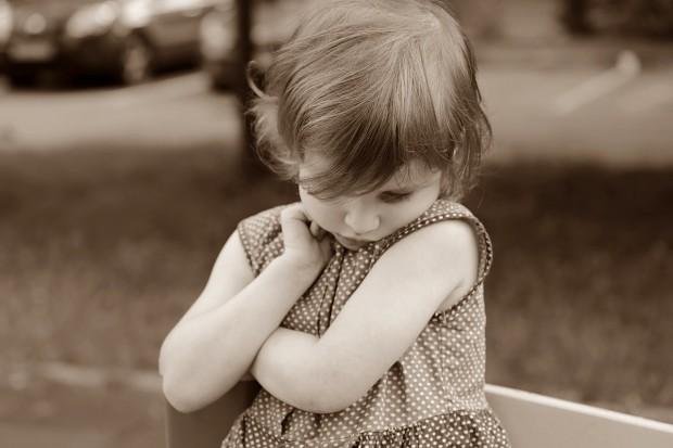 A criança muda seu comportamento longe dos pais?