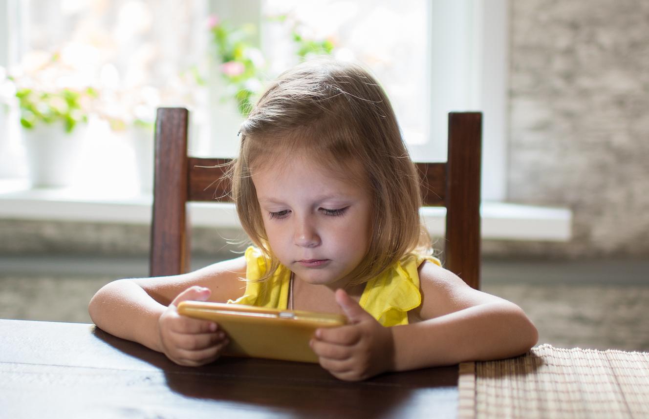 Você quer dar um celular para seus filhos? Fique atento a este risco