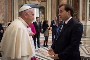Rodrigo Maia e o papa Francisco, em novembro de 2016 (foto: divulgação).