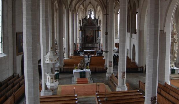 A Catedral de São Pedro, em Bautzen. No centro, o altar luterano. Ao fundo, o católico.