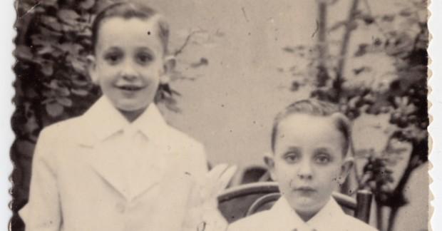 Jorge Mario Bergoglio (à esquerda), ao lado de seu irmão Oscar.
