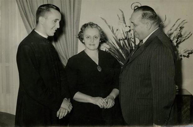 Bergoglio e seus pais, Regina e Mario, pouco depois de seu ingresso na Companhia de Jesus.