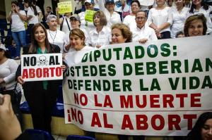 Manifestantes e deputados pró-vida.