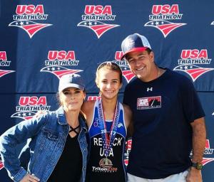 Comemorando a medalha de Kemper, uma das filhas adolescentes, numa prova de triatlon.