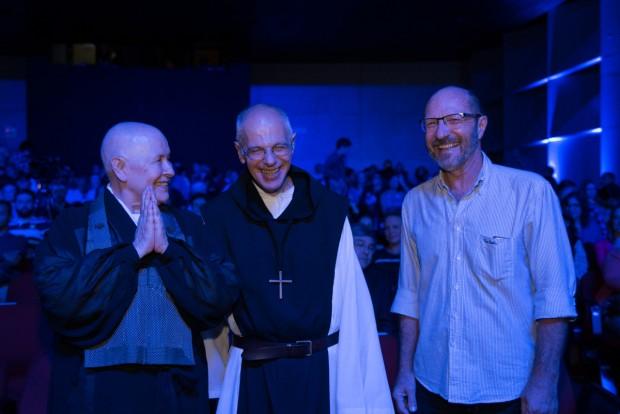 A monja Coen, dom Bernardo Bonowitz e o professor Gilberto Gaetner protagonizaram um diálogo sobre meditação, espiritualidade e saúde na abertura do projeto. Foto: Edjane Madza/Diretoria de Identidade Institucional da PUCPR